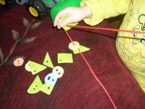Геометрические бусы из хозяйственных салфеток