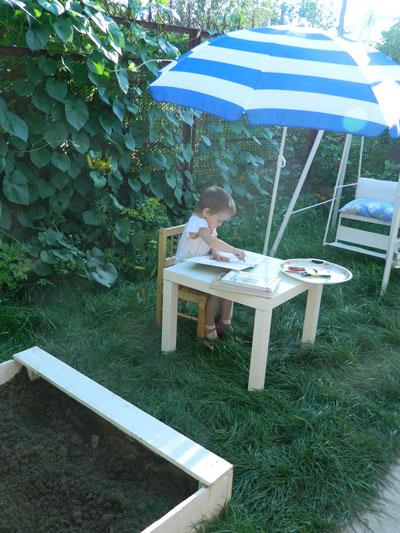 Читаем на детской площадке