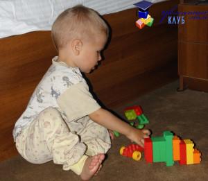 Лего Ребенок играет