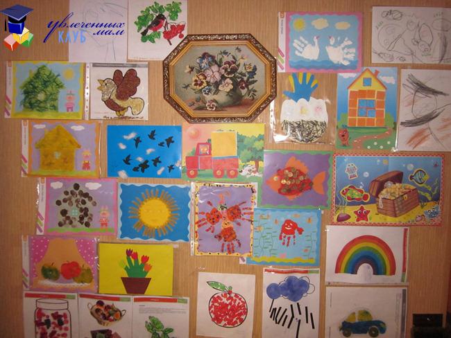 Выставка работ на стене
